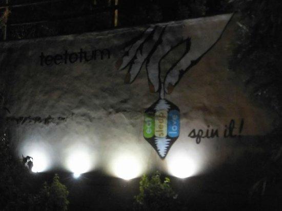 Teetotum Hotel Restaurant Lounge: restraunt wall - funky !
