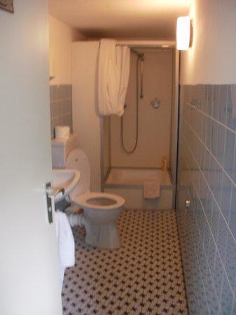 Barbarossa Garni Hotel: Own shower in the corridor