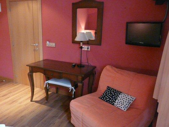 Hotel Plaza la Abadía: Mesa, TV, sillón-cama supletoria