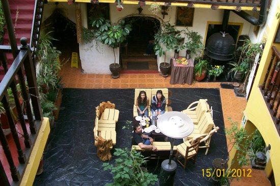 Hostal Cusi Wasi: Entrada al comedor y lugar de estar.