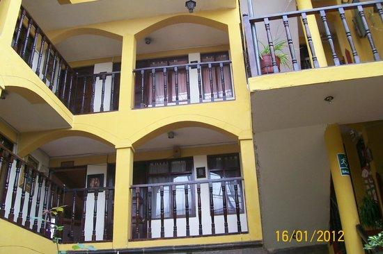 Hostal Cusi Wasi: Habitaciones vista desde el patio.