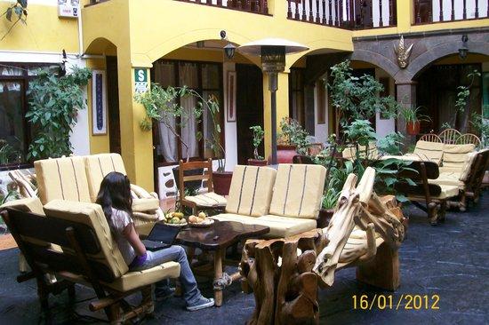 Hostal Cusi Wasi : Vista del patio con sus sillones y plantas.