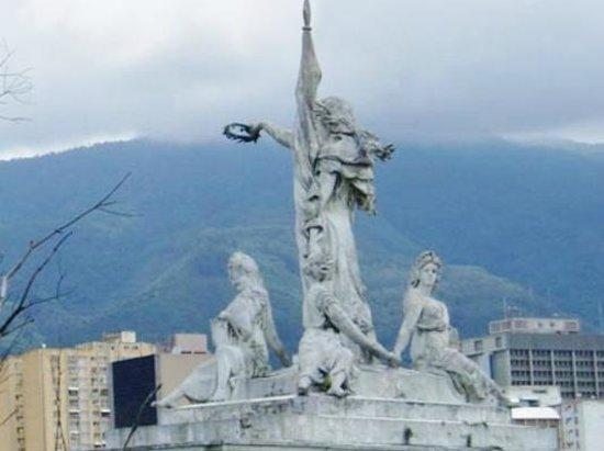 Arco de la Federacion: Estatuas