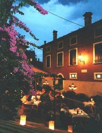 Locanda Agli Angeli Garni: la piazzetta del ristorante