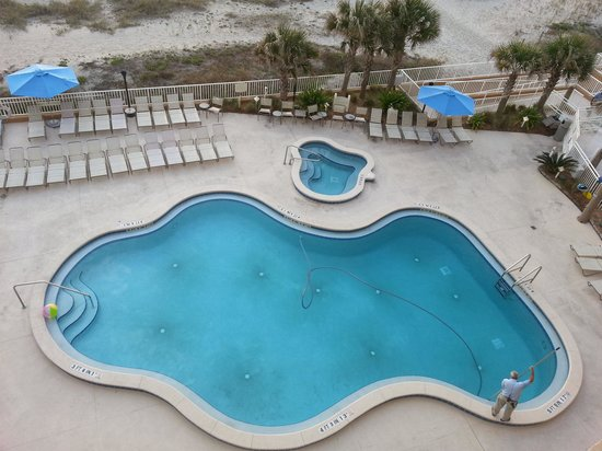 Courtyard Jacksonville Beach Oceanfront: The pool and hot tub