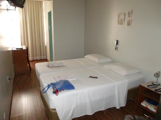Bittar Inn : Desde la entrada a la habitación ( la puerta verde es el baño) y la cortina tapa la ventana.