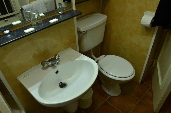 Bayswater Inn: Bathroom