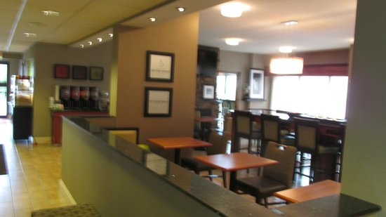 Hampton Inn Somerset: Dining Area in Lobby