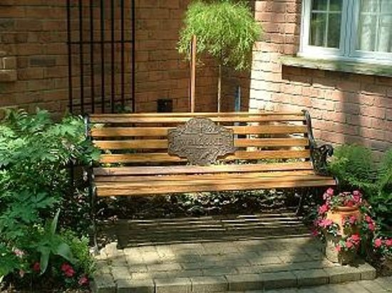 Tranquil Moments Bed & Breakfast: Welcome Bench