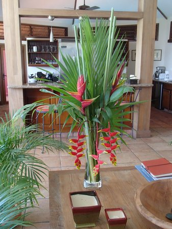 Mayoka Boutique Hotel: Tropical Flower Arrangements were Everywhere