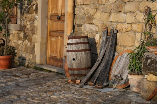 San Noto Turismo Rurale: Details from the courtyard -barrels