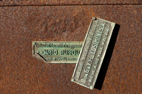 San Noto Turismo Rurale: Details from the courtyard - old labels
