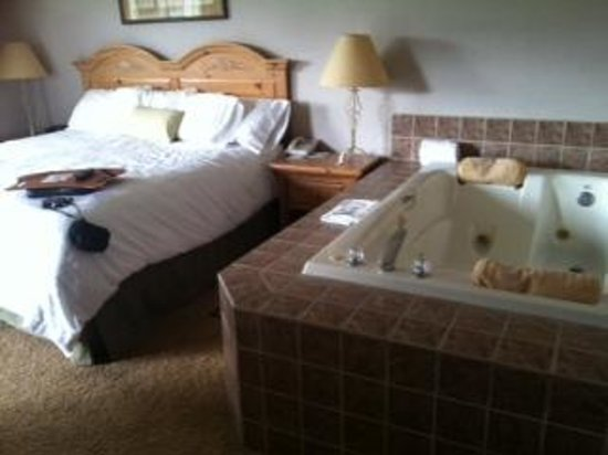 Hampton Inn Kalispell: Bedroom in suite - King Bed #1