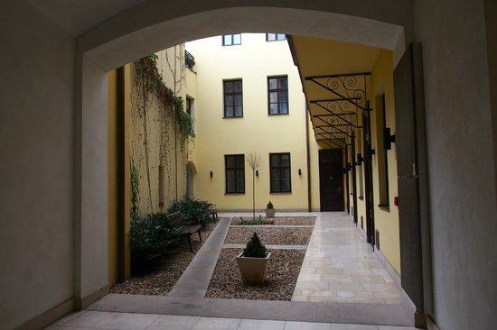 Retezova Apartments : Retezova Courtyard
