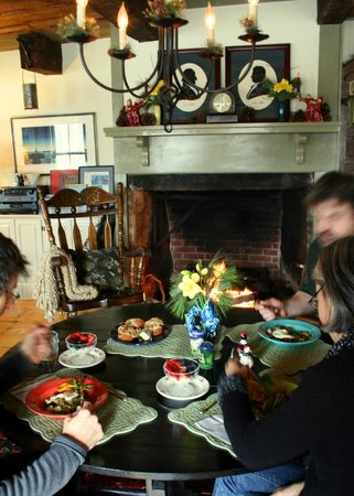 The Ira Allen House Bed and Breakfast: Breakfast served fireside.