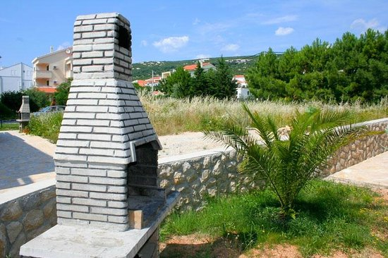 Stara Novalja, Croatia: Fire place in front of the house free to use for all the guests of the house