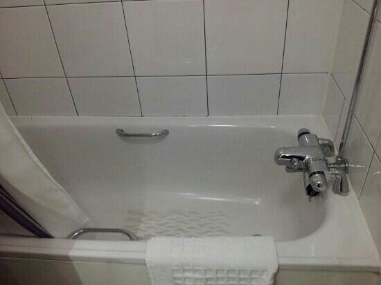 "Premier Inn Chester Central North Hotel: very ""compact"" bath"