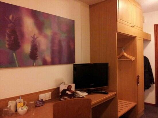 Premier Inn Chester Central North Hotel: tv and vanity area