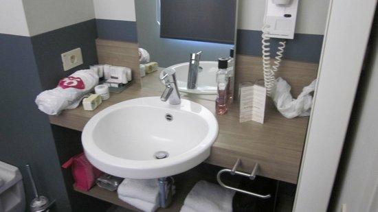 Hotel Saint Sauveur: badkamer (sorry voor de mess)