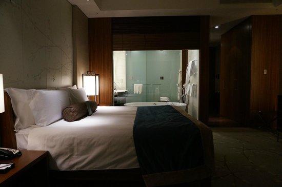 Conrad Tokyo : View of room and bathroom