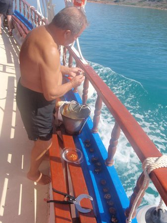 Elounda Heights Apartments and Studios: Boat trip- Vangelis preparing a fresh snack!