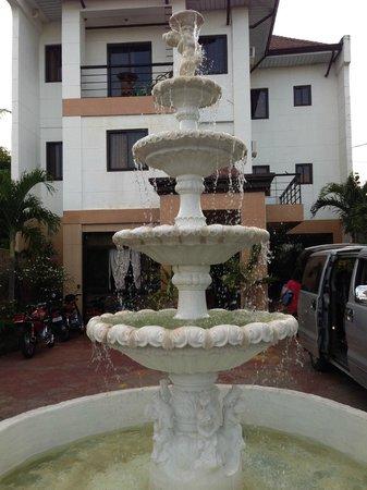 Islandia Hotel: Front Fountain