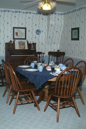 Butler Bed & Breakfast: Breakfast is served in the dining room.