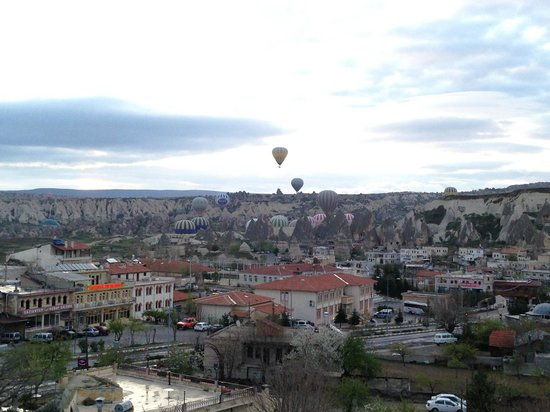Doors Of Cappadocia Hotel: View of balloons taking off from the hotel