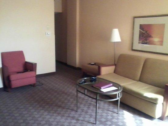 Crowne Plaza Houston River Oaks: suite living room