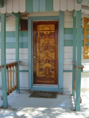Sierra Gateway Cottages: Wood mosaic doors done by local artist reflect images of nature