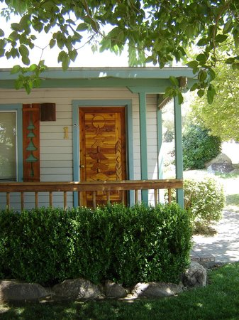 Sierra Gateway Cottages: Private patios with artistic settings