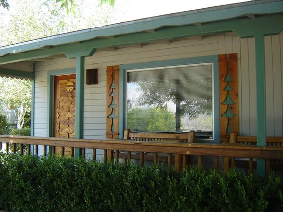 Sierra Gateway Cottages: Shaded private porch areas
