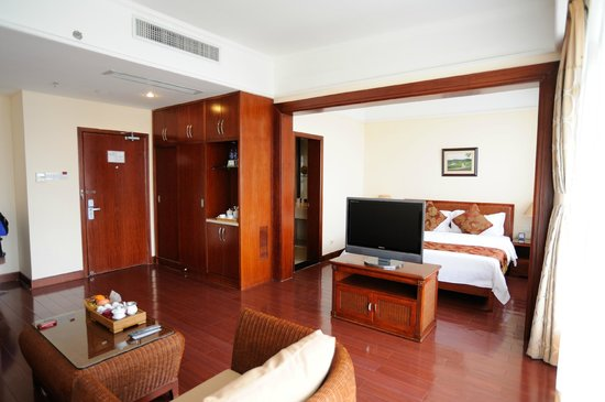 Wuyi Mountain Jingmin Glof Hotel: The huge room (it's not a suite but looks like one)