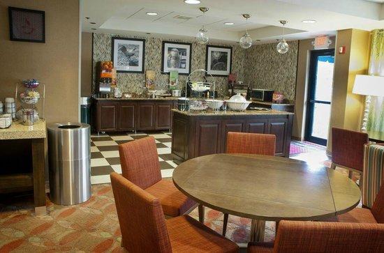 Hampton Inn Sarasota I-75 Bee Ridge: Hampton Inn Sarasota Bee Ridge breakfast bar