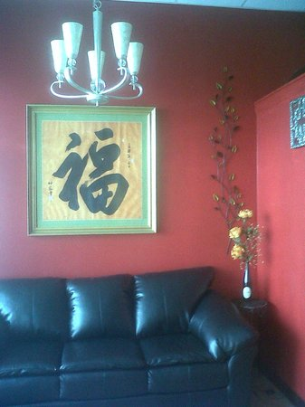 Spicy Ginger Asian Cafe: Comfortable seating in the lounge
