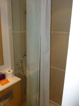Central Athens Hotel: shower