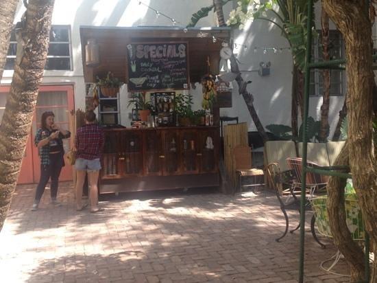 فريهاند ميامي - هوستل: outside bar