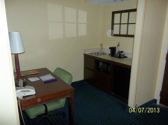 Springhill Suites by Marriott Savannah Midtown: left side of the door - coffee/tea area
