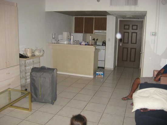 Hollywood Beach Tower: Kitchen and living room