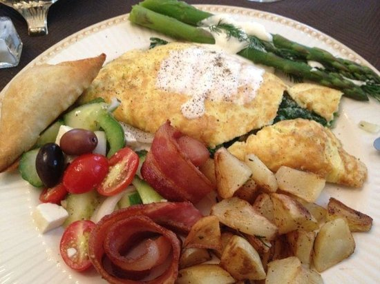 Mornington Rose Bed and Breakfast: Greek Omelet, Rosemary potatoes, spanakopita, asparagus, bacon and a horiatiki Salad. mmmmmMMMM!