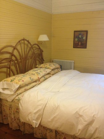 Balsam Mountain Inn & Restaurant: The King size bed with a duvet