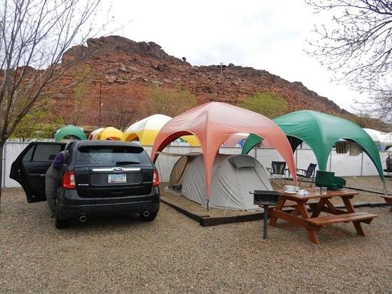 Moab Valley RV Resort & Campground: Dubbele overdekte tentplaats