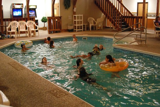 Luck Country Inn: Kids playing the pool