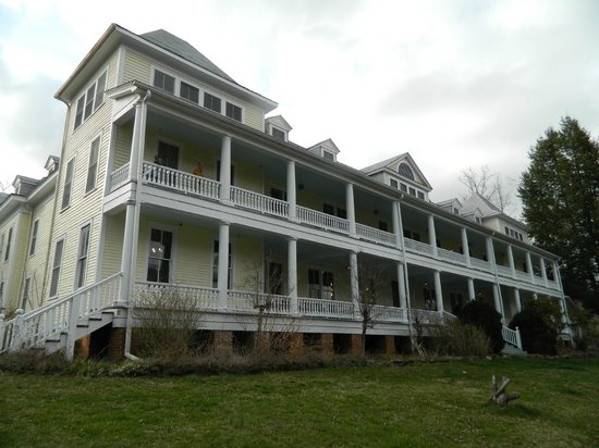 Balsam Mountain Inn & Restaurant: The outside of the inn, as you come up the driveway