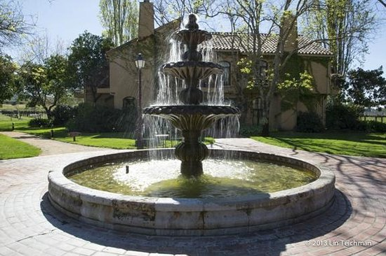 Vintners Inn: Fountain in the center of the property