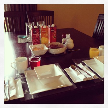 Glendeer Lodge: Continental breakfast laid out for us