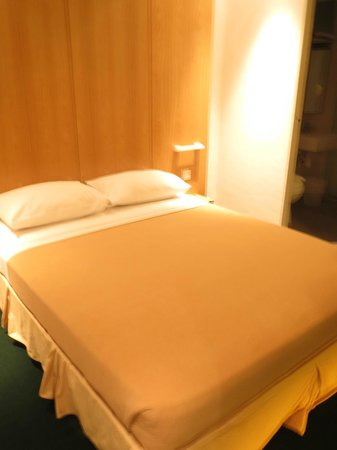 Mayo Inn: Queen size bed
