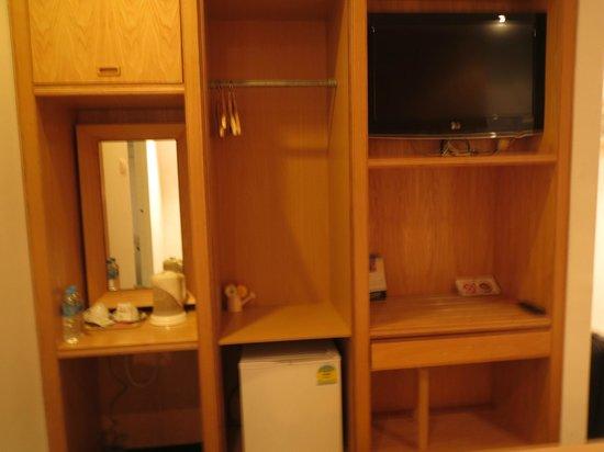 Mayo Inn: Small cupboard & tv