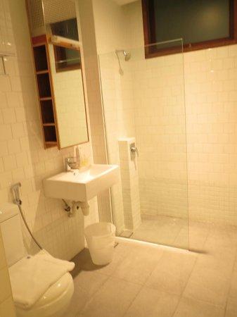 Mayo Inn: Spacious bathroom