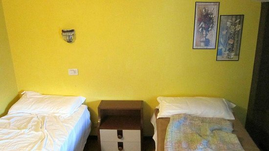 Betten mit nachtschrank u leselampe ber linkem bett for Betten motel one